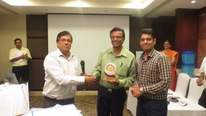 Mr. Mahesh receiving the winners momento from Mr.Ramesh from Business Line